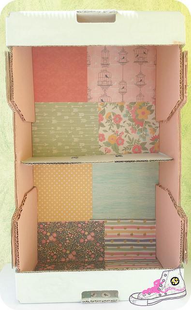 caja de cartón convertida en estantería