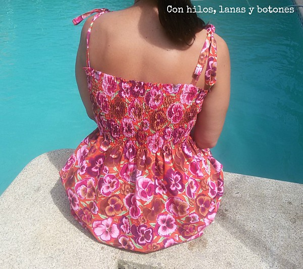 Con hilos, lanas y botones: vestido fruncido con hilo elástico