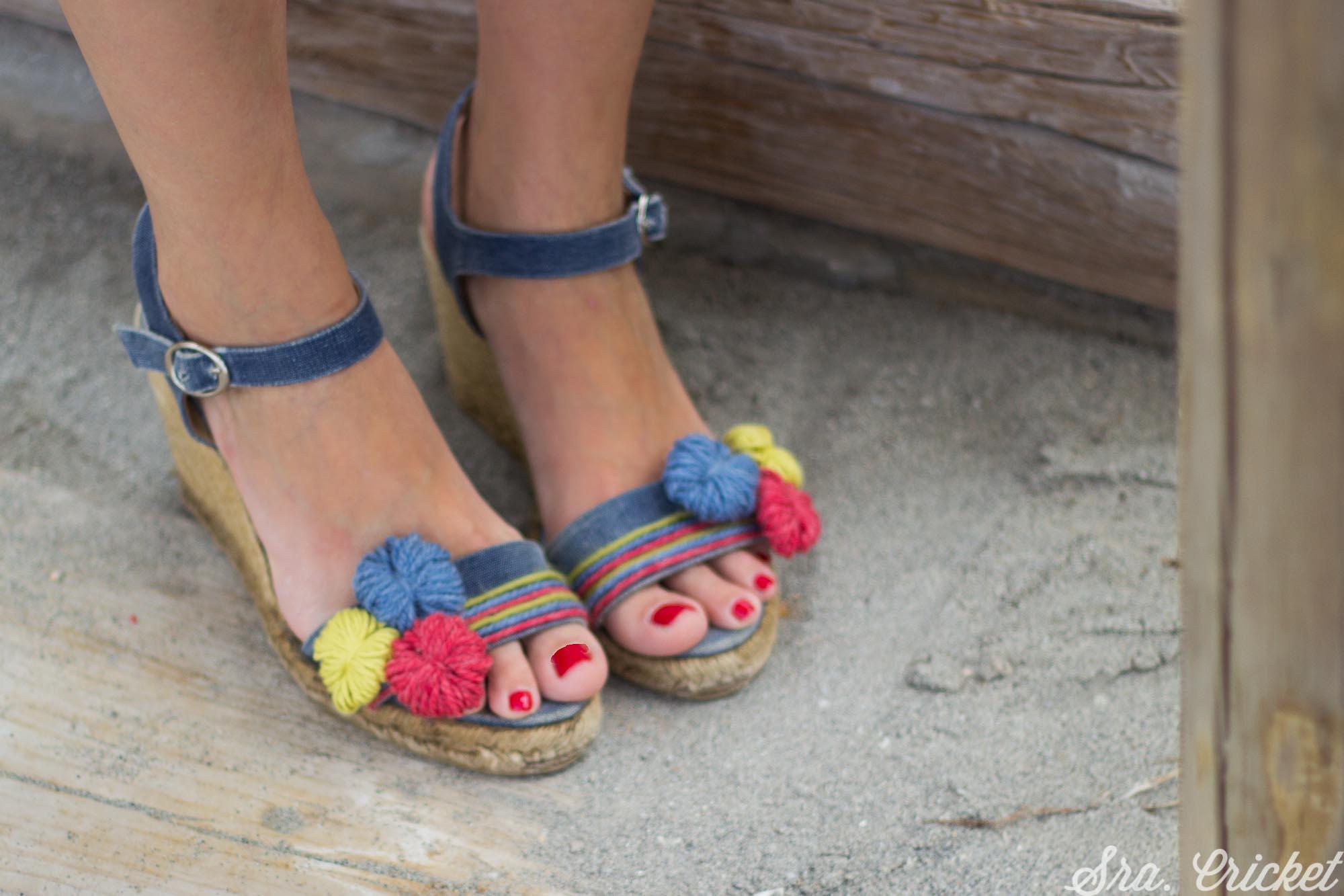 adornar sandalias con pompones