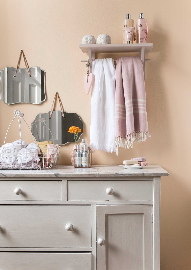 estanterias-baño-toallero-rosa-espejos-alquimia-deco-decoracion-nordica-interiorista-barcelona