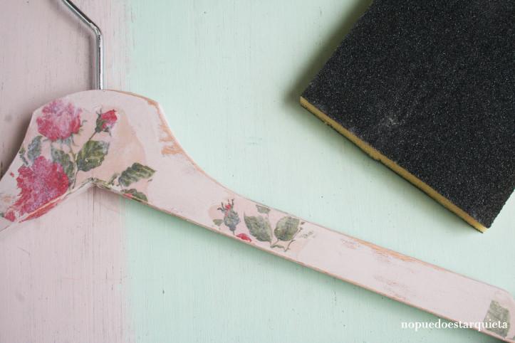 Perchas DIY shabby chic con transferencia de imágenes sobre madera