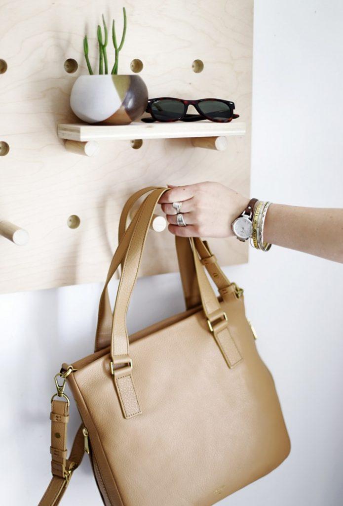 DIY para recibidores - Coloca los ganchos, las baldas y tus accesorios
