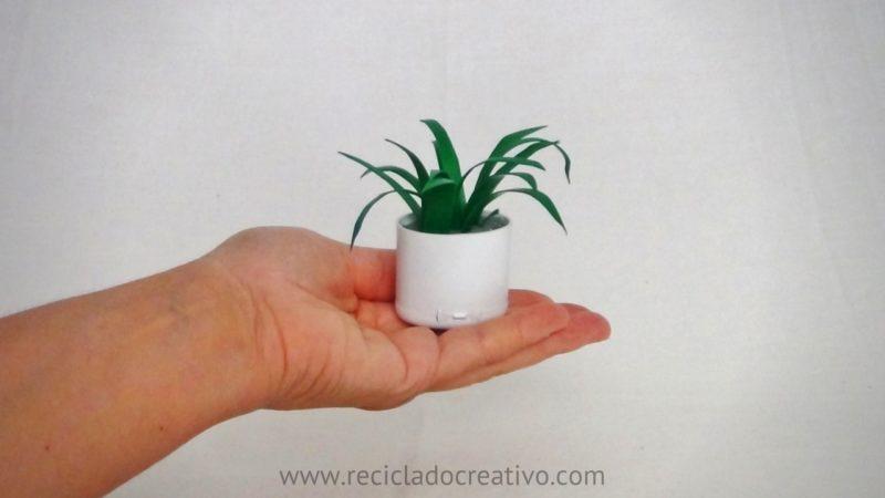 DIY Miniatura de planta de hojas cintas con botellas de plástico