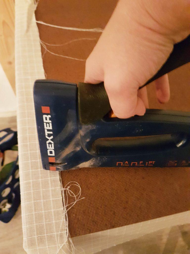 restaurar-un-baul-antiguo-tapizando-el-contrachapado