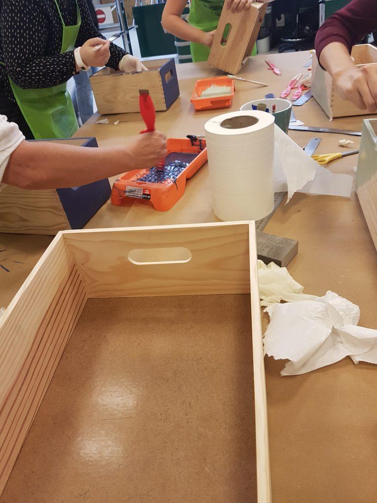 estanteria DIY - Pintando las cajas