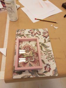 cómo decorar con telas un marco de fotos - taller Leroy Merlin getafe - rosa y flores
