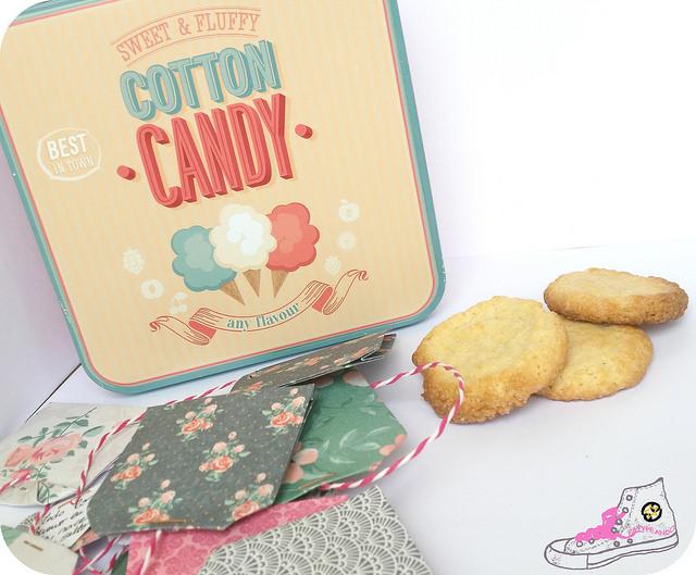 caja de galletas con sobres de te