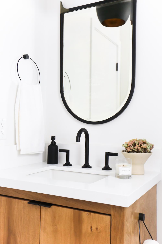 Antes_y_después_mini_baño_de_estilo_ecléctico_detalle_mueble_lavamanos