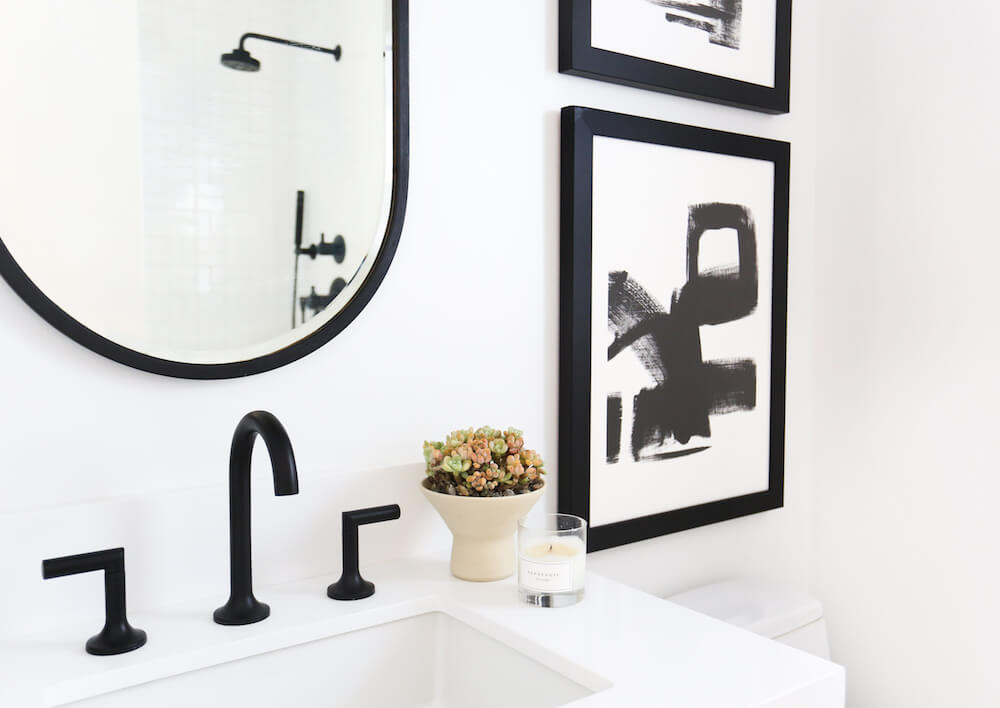 Antes_y_después_mini_baño_de_estilo_ecléctico_espacio_lavamanos_cuadros_decorativos