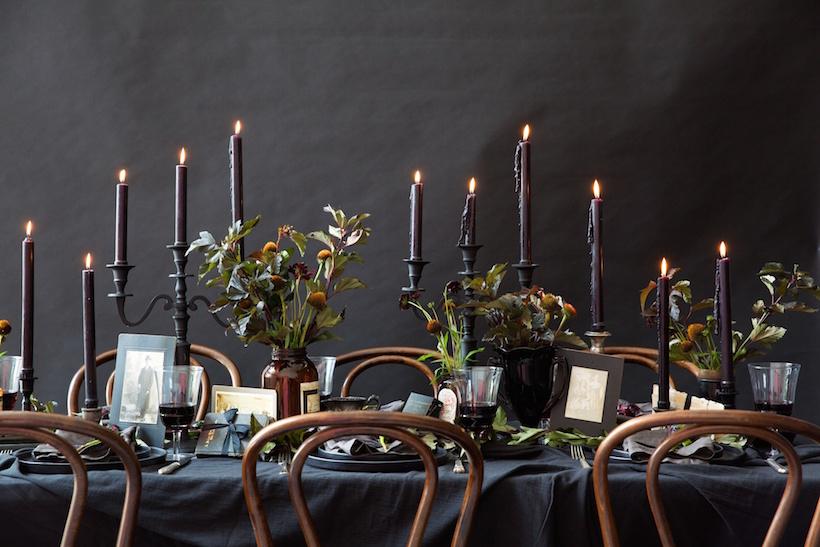 Cómo_decorar_tu_casa_para_Halloween_ideas_inspiraciones_decorar_mesa_tonalidades_negras_detalles_naturales
