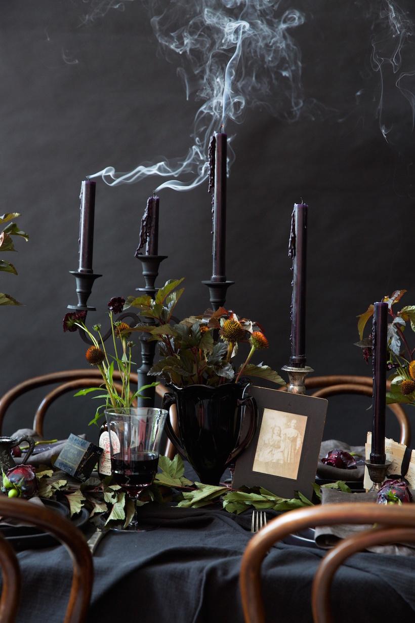 Cómo_decorar_tu_casa_para_Halloween_ideas_inspiraciones_decorar_mesa_tonalidades_negras_detalles