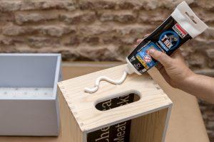 estanterias-diy-con-cajas-de-madera-taller-diy-aplicar-adhesivo-de-contacto