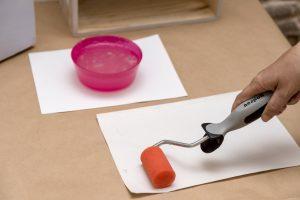 estanterias-diy-con-cajas-de-madera-taller-diy-aplicar-pegamento-para-papel-pintado