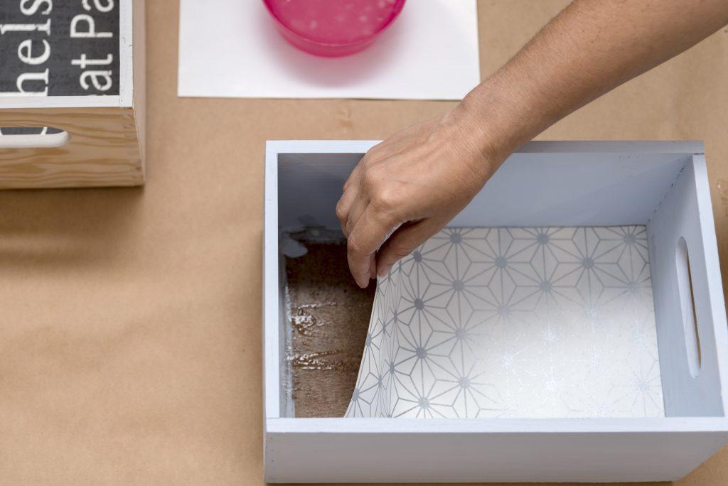 estanteria-diy-con-cajas-de-madera-taller-diy-colocar-el-papel-pintado