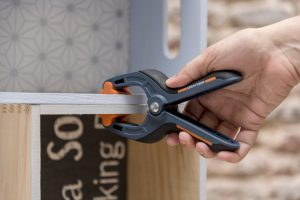 estanteria diy con-cajas-de-madera-taller-diy-colocar-un-sargento-para-fijar-mejor