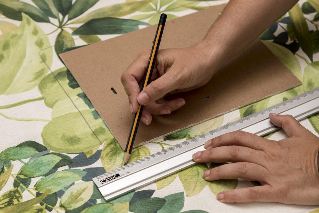 decorar un marco con telas - Marcar la tela