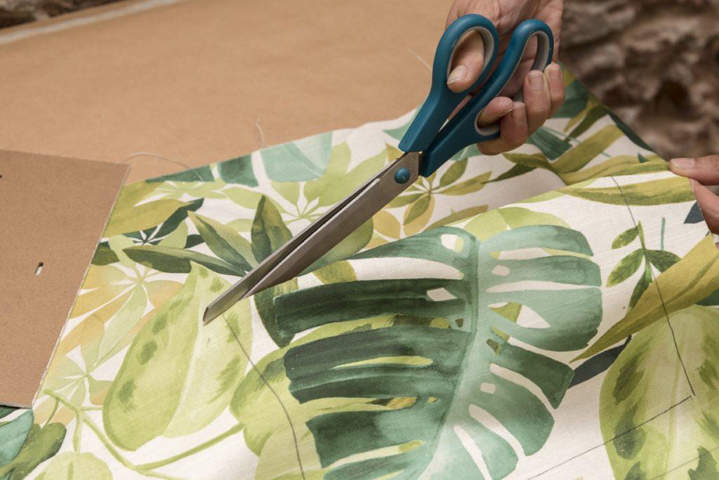 Taller DIY LM decorar un marco con telas - Paso 3 Recortar la tela