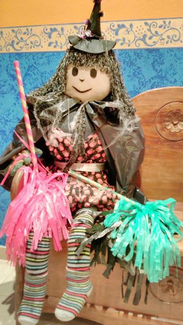 como-hacer-bruja-halloween-vaso-carton-reciclado-diy-bruja-ropa-rellena