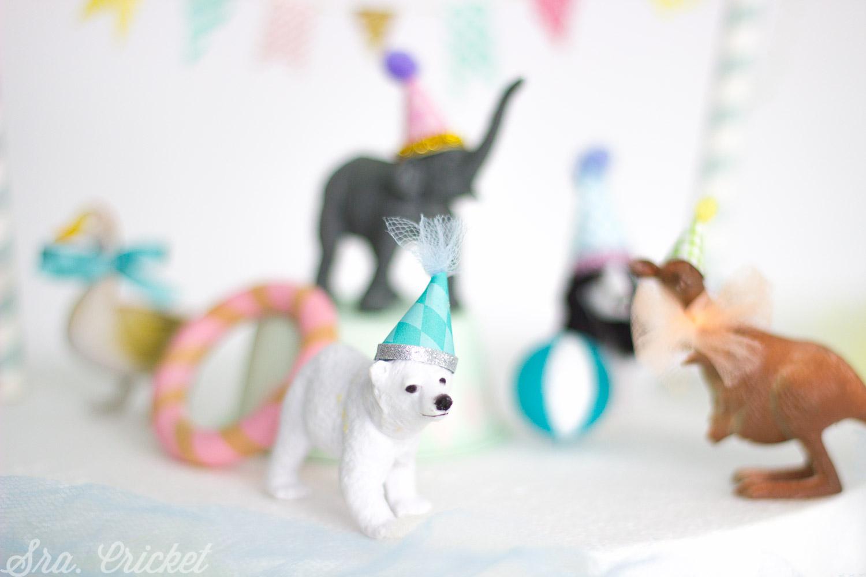 decorar una tarta con animales de juguete y plastico