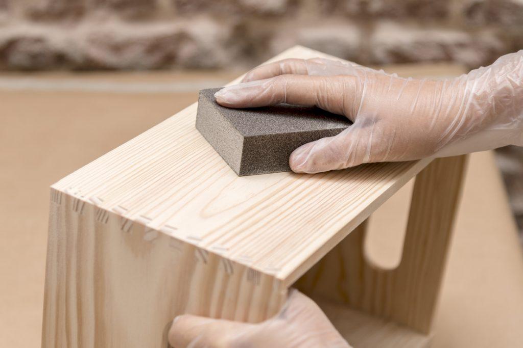 estanterias-con-cajas-de-madera-taller-diy-paso-1-lijar-las-cajas