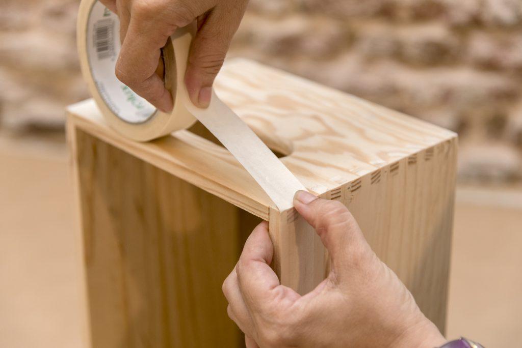 estanterias-con-cajas-de-madera-taller-diy-paso-3-preparar-con-cinta-de-carrocero