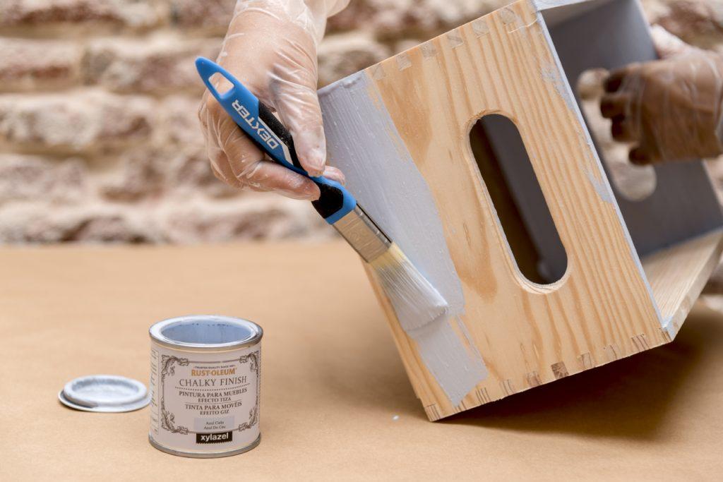estanterias-con-cajas-de-madera-taller-diy-paso-4-pintar-con-chalk-paint-las-cajas-decoradas