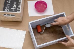 estanteria DIY con cajas-de-madera-taller-diy-aplicar-cola-para-papel-en-caja-y-papel