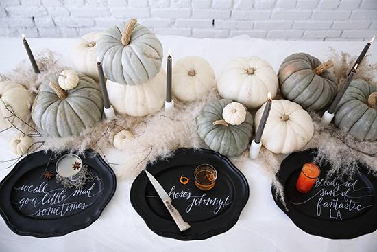Cómo_decorar_tu_casa_para_Halloween_ideas_inspiraciones_decorar_espacio_gris_blanco_cóctels