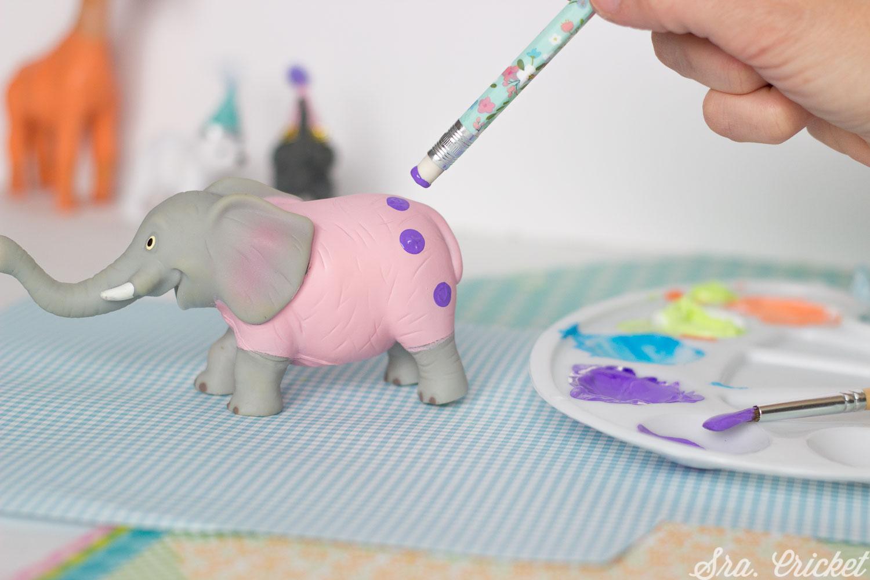 manualidades con niños pintar animales de plastico