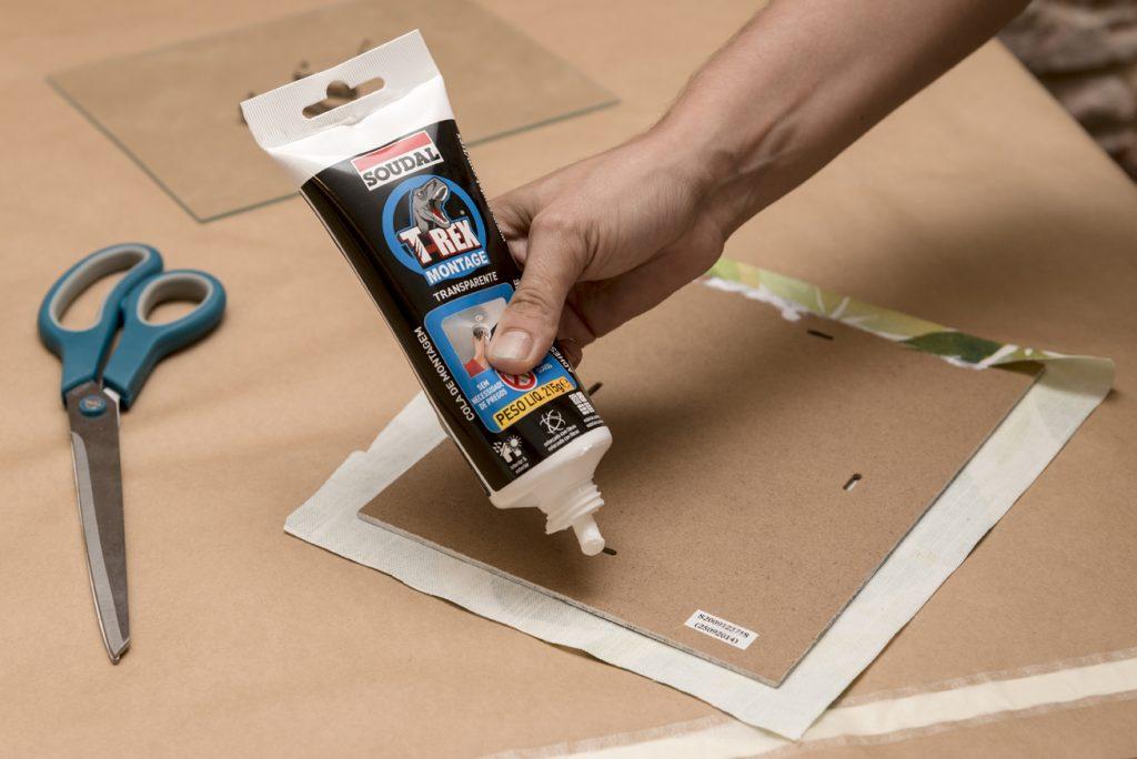 taller-diy-lm-decorar-con-telas-un-marco-de-fotos-paso-4-poner-pegamento-en-la-cartulina-del-marco
