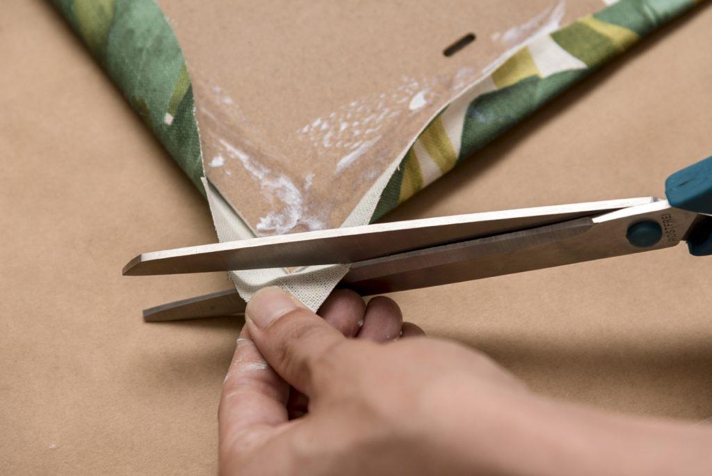 aller-diy-lm-decorar-con-telas-un-marco-de-fotos-paso-5-recortar-esquinas-de-tela