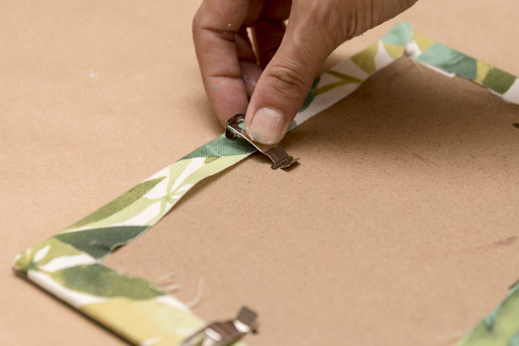 taller-diy-lm-decorar-con-telas-un-marco-de-fotos-paso-7-recolocar-enganches