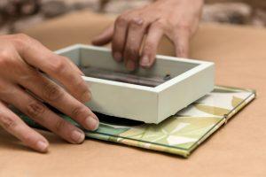 taller-diy-lm-decorar-con-telas-un-marco-de-fotos-paso-9-fijarlo-al-portafotos-de-cristal