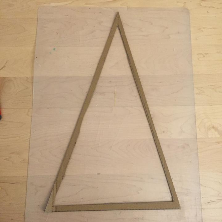 02-calendario-de-adviento-de-con-corchos-hacemos-una-plantilla-de-carton-triangular-de-60-x-30