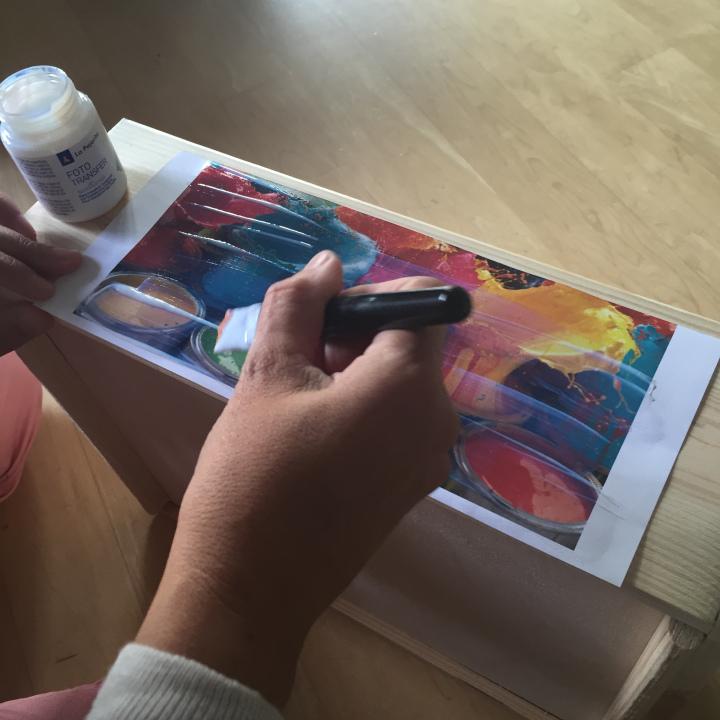 02-decoramos-una-caja-de-madera-con-foto-transfer-aplicamos-la-cola-para-foto-transfer-en-la-imagen