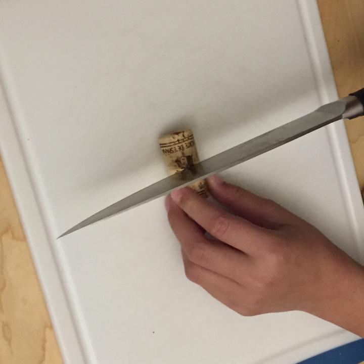 03-calendario-de-adviento-de-con-corchos-cortamos-los-corchos-por-la-mitad