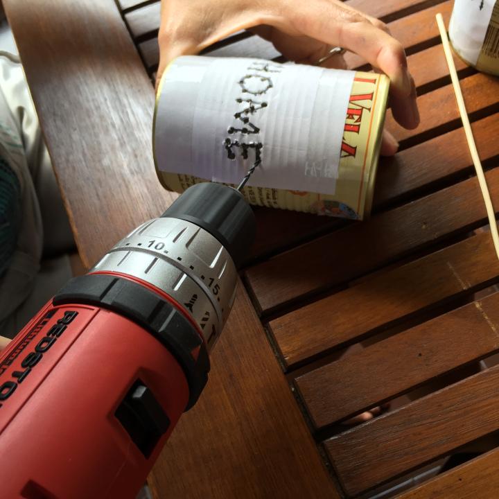 03-latas-de-luz-con-una-broca-muy-fina-vamos-haciendo-los-agujeros