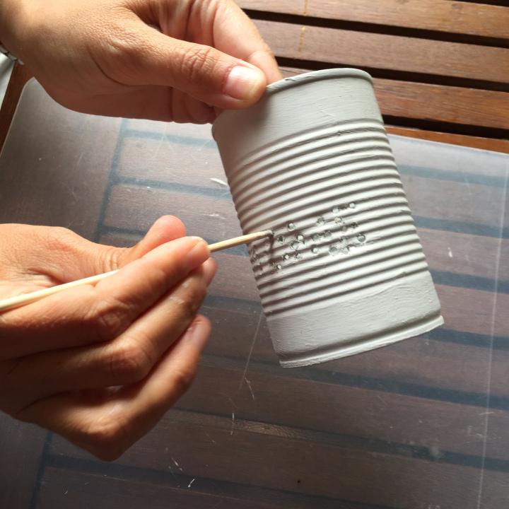 08-latas-de-luz-con-un-palo-quitamos-la-pintura-que-se-ha-quedado-en-los-agujeros