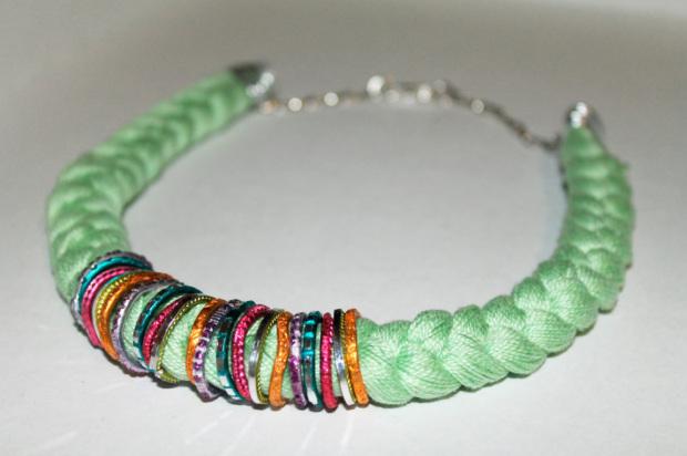 como hacer collares reciclando viejas pulseras.jpg