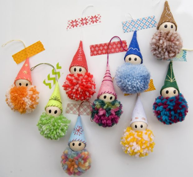 b5ffb24922437 Cómo hacer adornos para el árbol de Navidad con pompones de lana ...