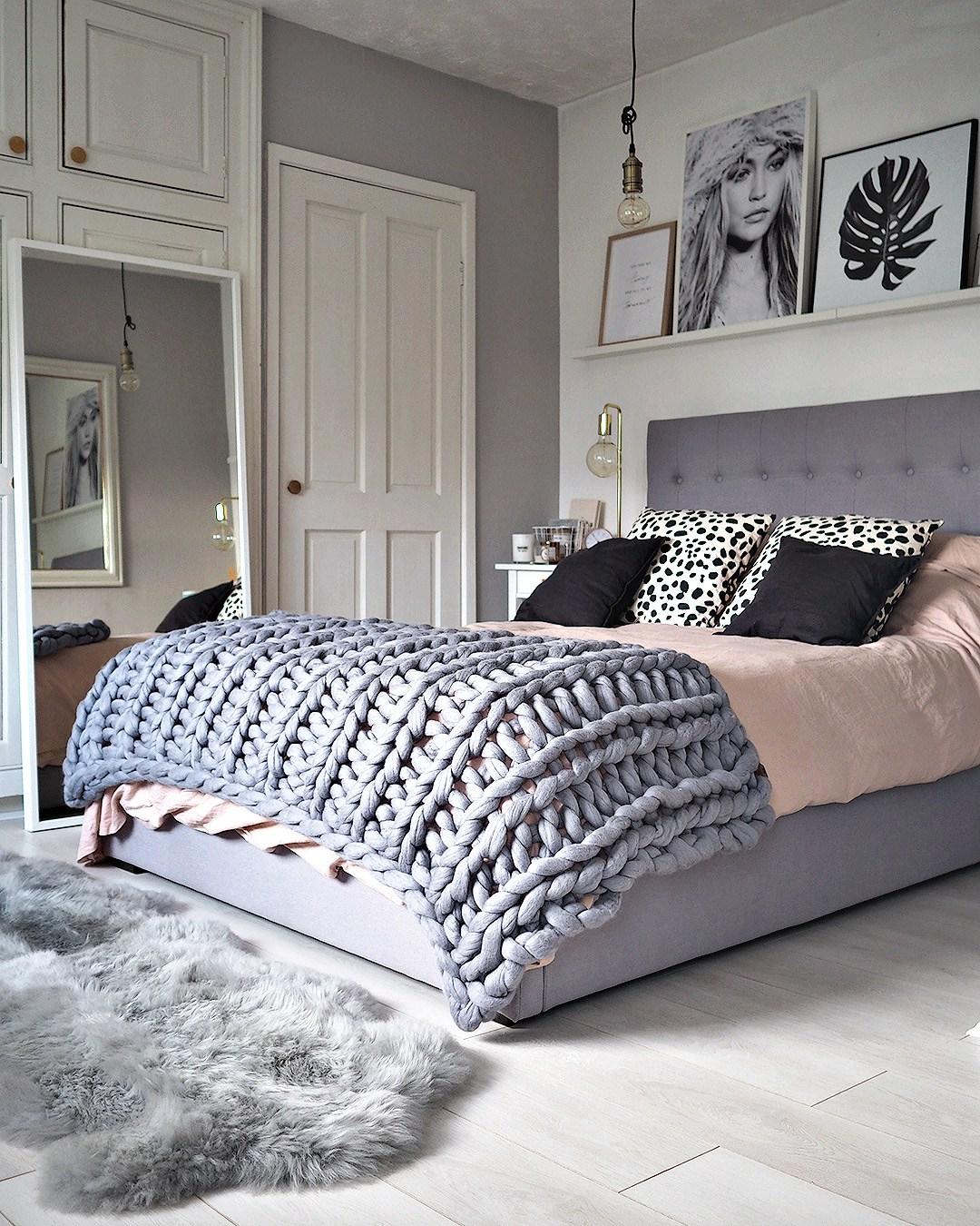 Dormitorio escandinavo con mantas