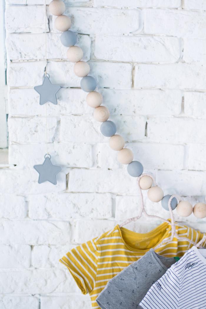 Perchero bolas madera infantil