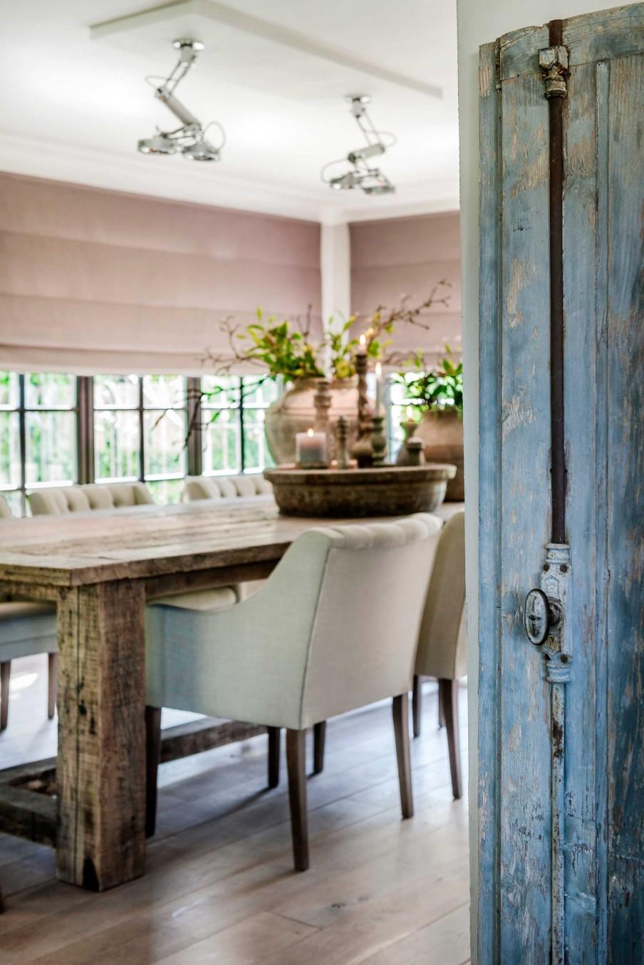 Las_claves_del_nuevo_rústico_decoración_mesa_sillas_comedor_puerta_azul