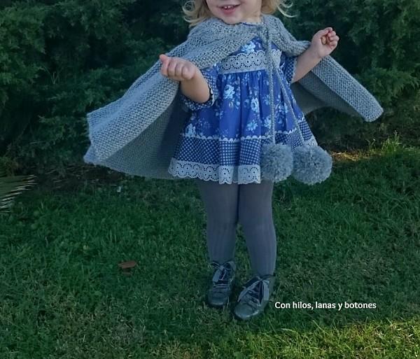 Con hilos, lanas y botones: DIY Capita de punto para niña con trenza y maxipompones