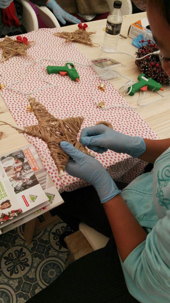 decoracion-de-navidad-diy-colocando-cuerda-estrella-de-navidad-talleres-leroy-merlin