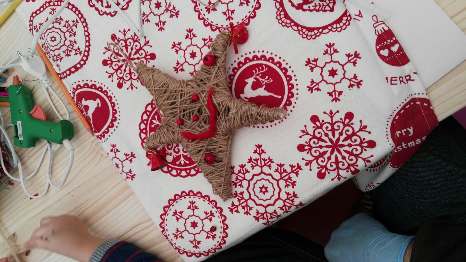 decoracion de navidad diy - estrella de navidad terminada y muy sonriente-talleres-leroy-merlin