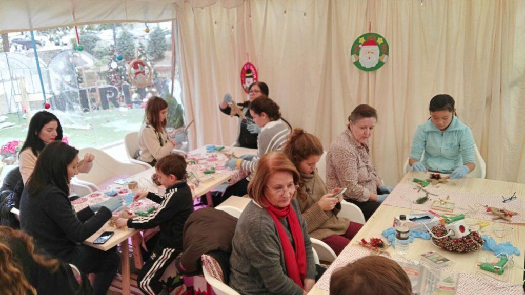 decoracion-de-navidad-diy-gente-trabajando-talleres-leroy-merlin