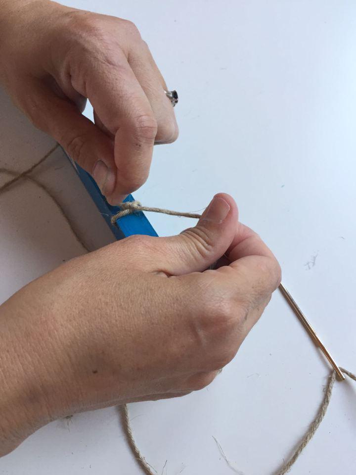 14-portafotos-de-madera-y-pinzas-colocamos-la-cuerda-de-50-cm-en-los-agujeros-superiores