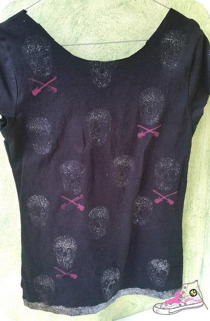 camiseta rockera con pintura de brillantina