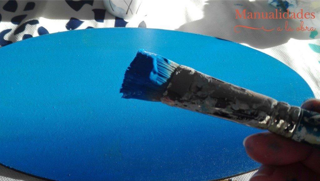 Pinta la chapa con pintura acrílica.